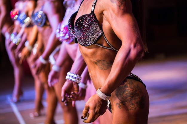 Schoonheidswedstrijd. fitness bikini wedstrijd. lichaam van de seksuele vrouw. Premium Foto