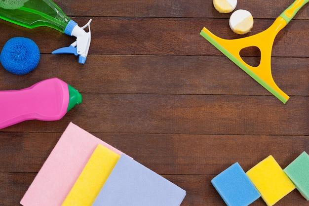 Schoonmakend materiaal dat op houten vloerachtergrond wordt geschikt Premium Foto