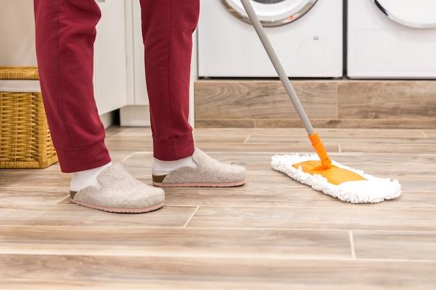 Schoonmakende vloer in wasruimte in modern huis Premium Foto