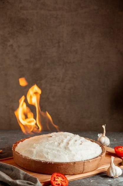 Schotel bedekt met brandend zout met tomaten en knoflook Gratis Foto