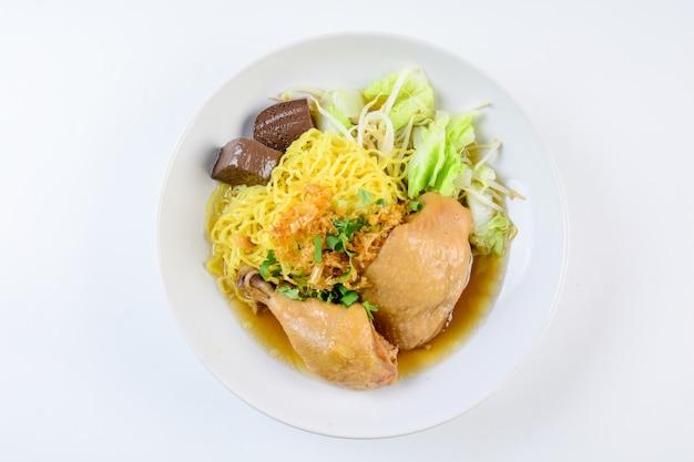 Schotel met verse zelfgemaakte kippensoep, noedels en groenten Premium Foto