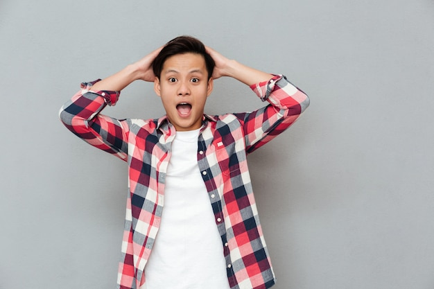 Schreeuwen geschokt jonge aziatische man Gratis Foto