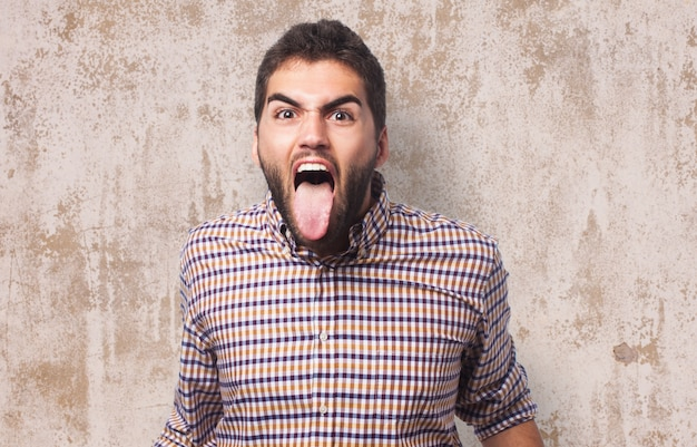 Schreeuwen man met tong uit Gratis Foto