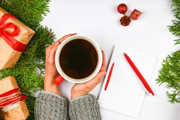 Schrijft wensen met een koffiemok Premium Foto