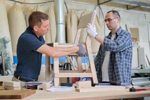 Schrijnwerkers industriële werkplaats, twee mannen die met hout werken Premium Foto