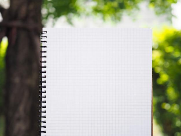Schrijvend werk onder de natuur in de tuin. Premium Foto