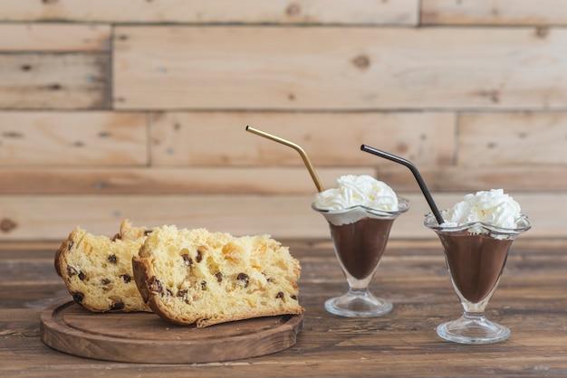 Schud melk en chocolade en panettone Premium Foto