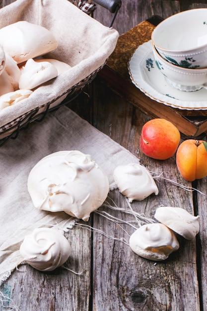 Schuimgebakje met abrikoos Premium Foto