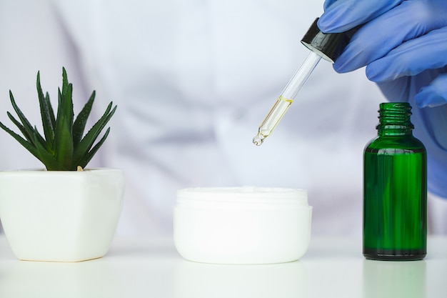 Scin verzorging. de wetenschapper overhandigt het testen textuur van schoonheidsproducten Premium Foto