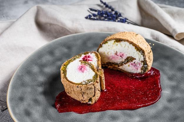 Segment van dessert roll met aardbeienjam en room. Premium Foto