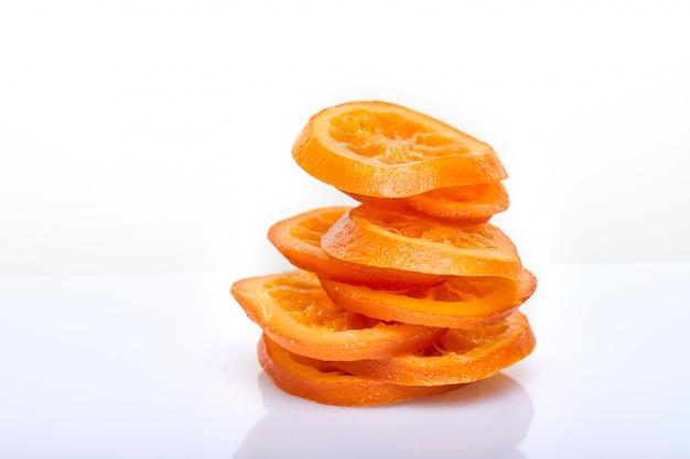 Segmenten gedroogde sinaasappelen of mandarijnen geïsoleerd. vegetarisme en gezond eten Premium Foto