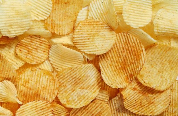 Segmenten gouden chips met strepen liegen dia's achtergrondstructuur. uitzicht van boven Premium Foto