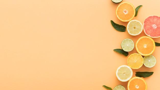 Segmenten van sinaasappelen en citroenen kopiëren ruimte Gratis Foto