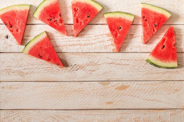Segmenten van watermeloen op houten tafel Premium Foto