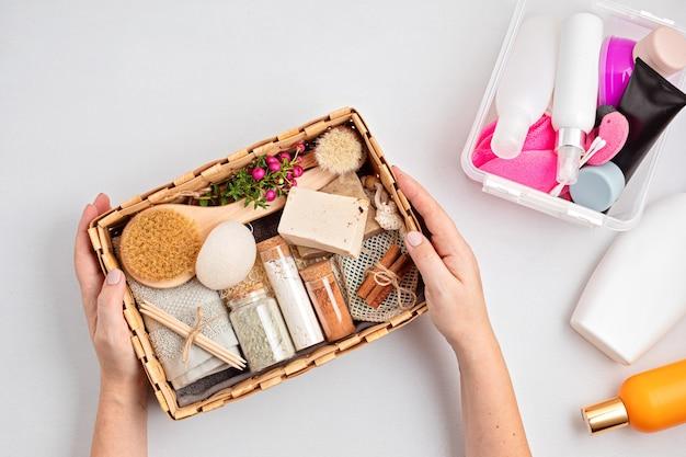 Seizoensgeschenkdoos met zero waste-cosmetica versus industriële plastic producten Premium Foto