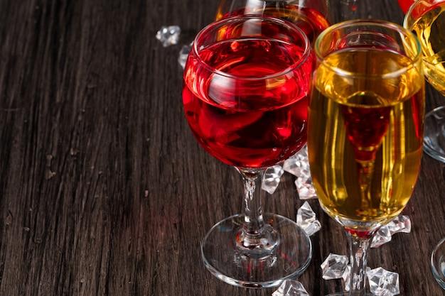 Selectie van alcoholische dranken in verschillende glazen Premium Foto