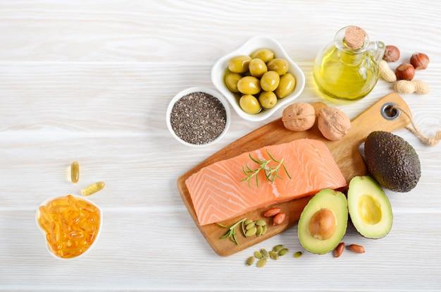 Selectie van gezond voedsel met onverzadigde vetten Premium Foto
