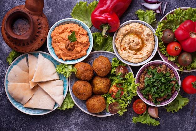 Selectie van midden-oosterse of arabische gerechten. Premium Foto