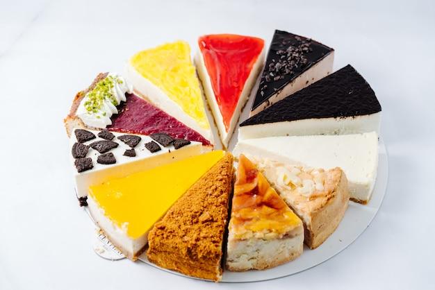Selectie van verschillende desserts geserveerd op plaat Gratis Foto