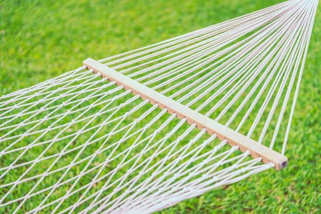 Selectief nadrukpunt op hangmat met groene grasachtergrond - filtereffectverwerking Gratis Foto