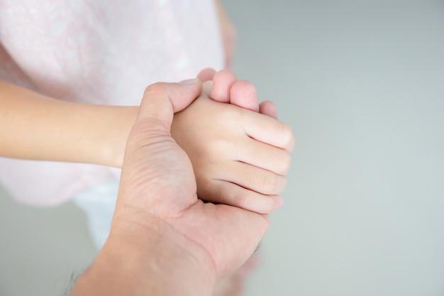 Selectieve aandacht van vader en dochter hand in hand houden Premium Foto