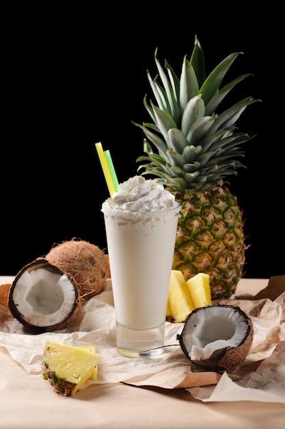 Selectieve focus samenstelling met kokosnoot cocktail geserveerd Premium Foto