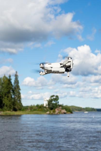 Selectieve focus, vliegende drone, quadrocopter, tegen de achtergrond van de zomer, natuur en groen Premium Foto