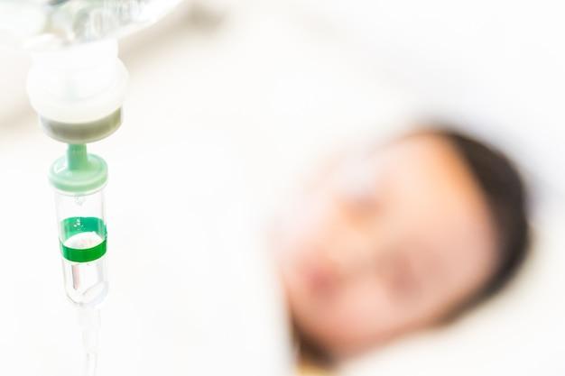 Selectieve focuspunt zoutoplossing iv infuus voor patiënt Gratis Foto
