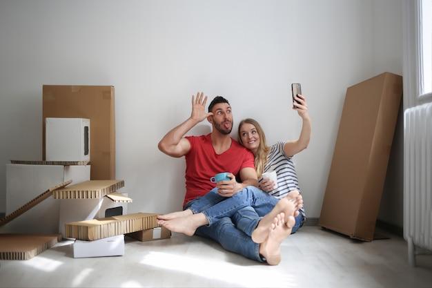 Selfie in een nieuw huis Premium Foto