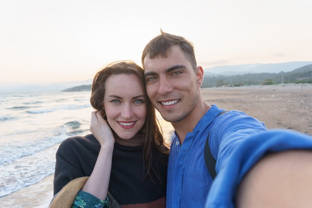 Selfie jong mooi paar op het strand Premium Foto