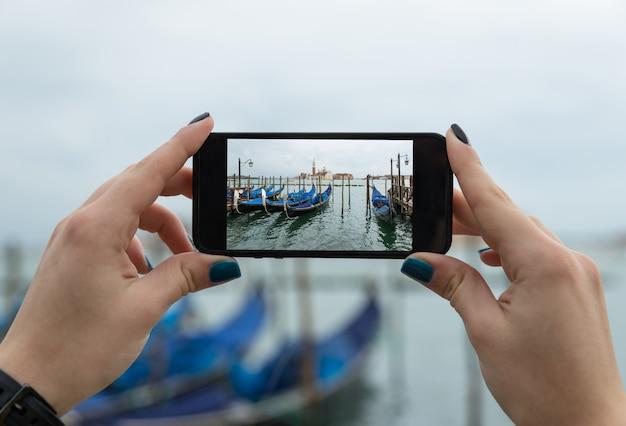 Selfie maken met een telefoon in venetië Premium Foto