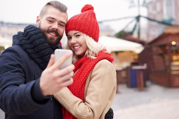 Selfie maken naast de kerstmarkt Gratis Foto