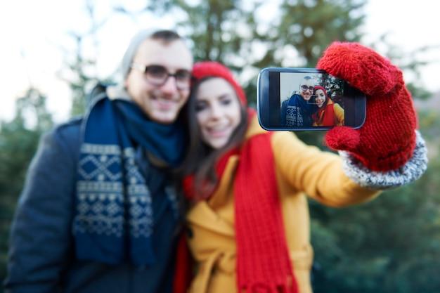 Selfie tijdens het kiezen van een kerstboom Gratis Foto