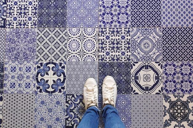 Tegels Met Patroon : Selfie van voeten met sneaker schoenen op kunst patroon tegels