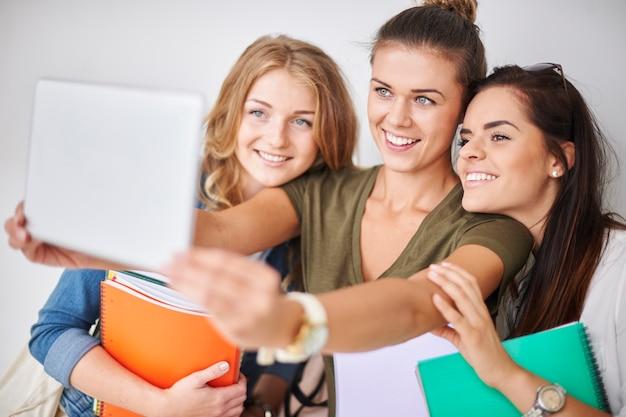 Selfietijd met vrienden op de campus Gratis Foto
