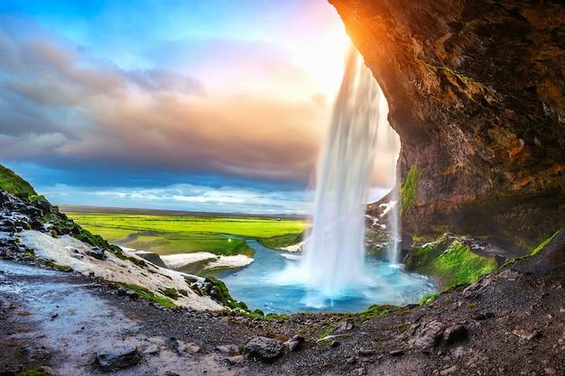 Seljalandsfoss waterval tijdens de zonsondergang, prachtige waterval in ijsland. Gratis Foto