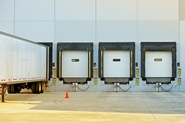 Semi vrachtwagen en magazijn Gratis Foto