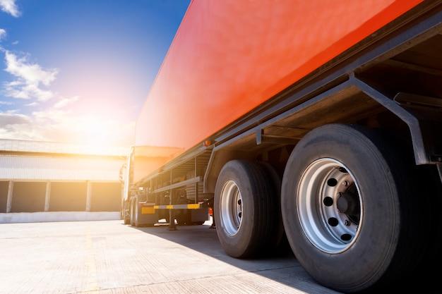 Semi vrachtwagen trailer parking bij magazijn, logistiek logistiek en transport Premium Foto