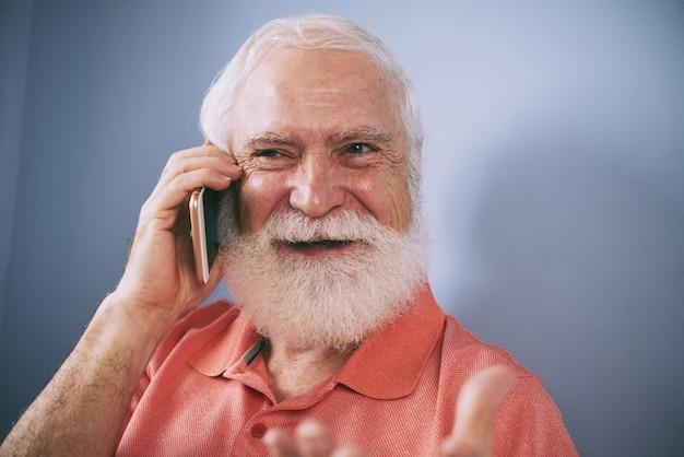 Senior aan de telefoon Gratis Foto