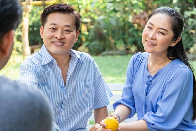 Senior aziatische paar counseling en financiële adviseur ontmoeten. Premium Foto