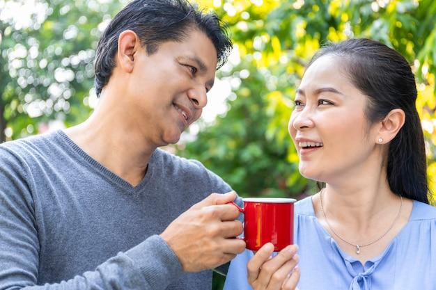 Senior aziatische paar koffie drinken in de tuin. Premium Foto
