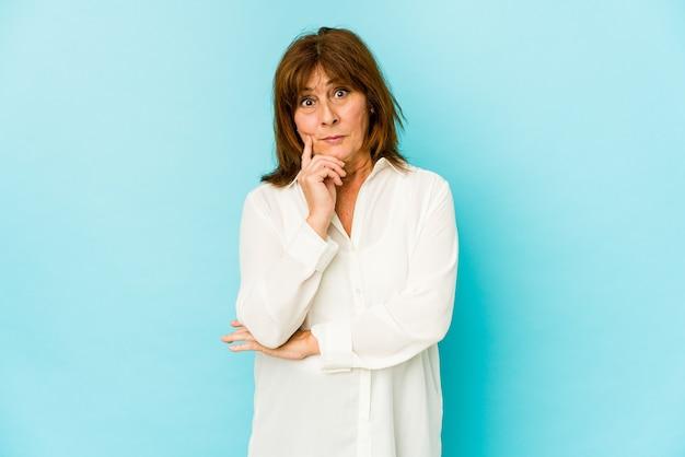 Senior blanke vrouw geïsoleerd overwegen, plannen van een strategie, denken over de manier van een bedrijf. Premium Foto