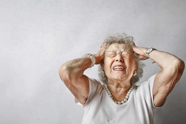 Senior dame met pijn Premium Foto