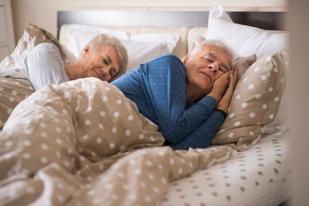 Senior huwelijk in het comfortabele bed Gratis Foto