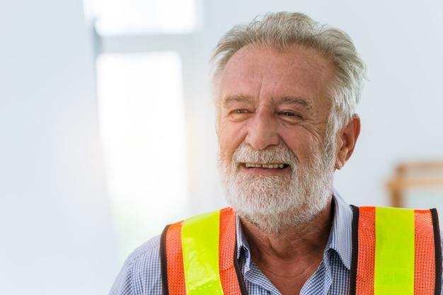 Senior ingenieur werknemer gelukkig vriendelijke glimlach geluk werk concept. Premium Foto