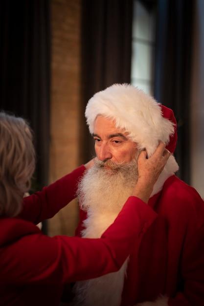 Senior kerstman met baard en hoed Gratis Foto