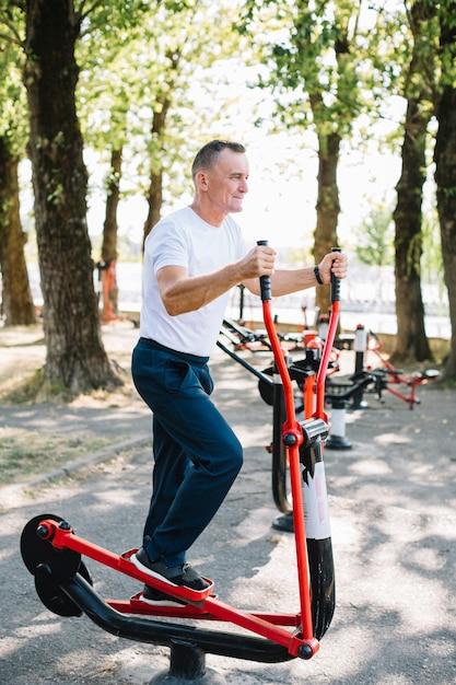 Senior man aan het werk op stepper Gratis Foto