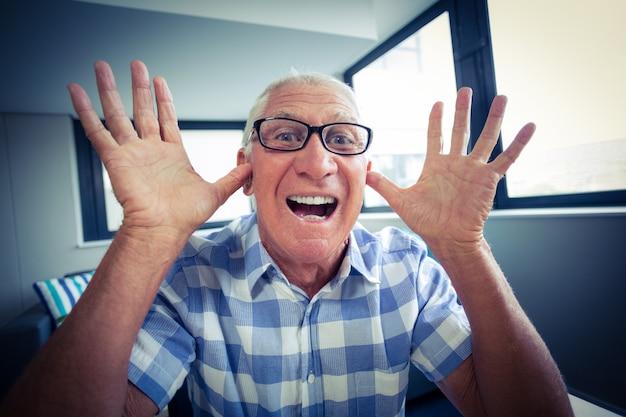 Senior man die een grappig gezicht Premium Foto