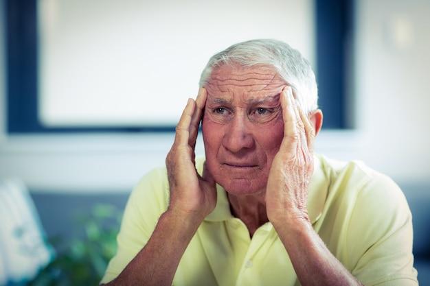 Senior man die lijden aan hoofdpijn Premium Foto