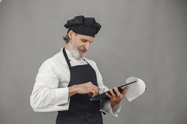 Senior man met map. professionele benadering van zaken. Gratis Foto